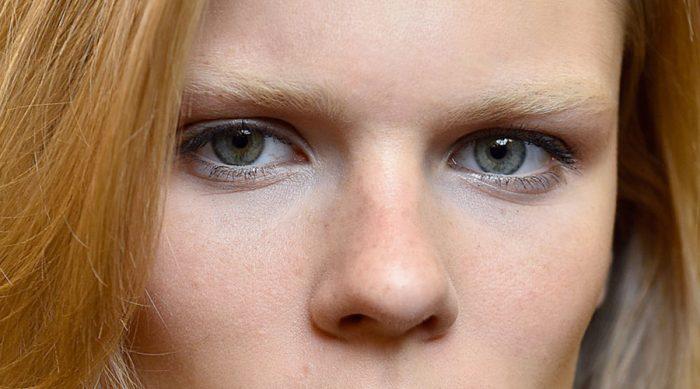 Blonde haare schwarze augenbrauen